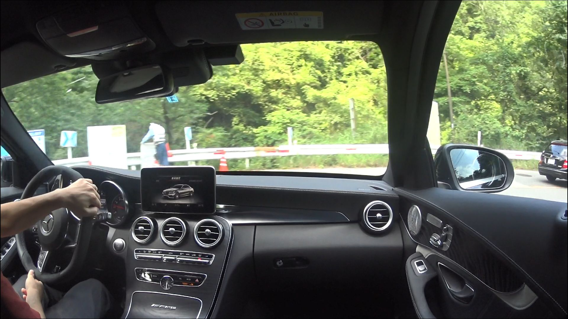 S63 AMG Sでハンドルを切っているところ