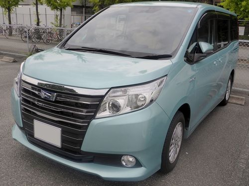 Toyota_NOAH_HYBRID_G_(ZWR80G)_front