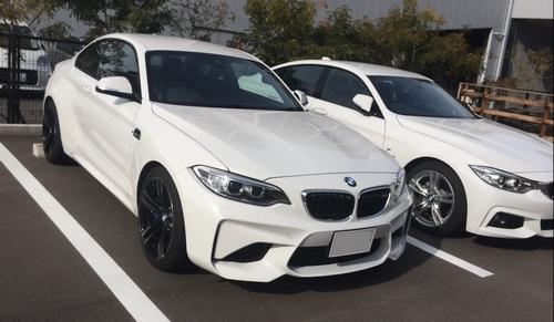 BMW M2左 M4右