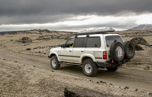 ランドクルーザーで砂漠をドライブ(トヨタ車はタフ)